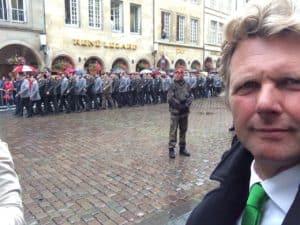 Veel manschappen op de been, daarna gaf Tom Sligting zijn comedy show voor 154 Generaals en ook Koning Willem Alexander in de zaal.