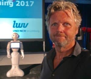 Samen met een robot op het podium gaat niet goed aldus Tom Sligting , comedian