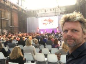 Op de dag van schoolleiders samen met Mark Rutte, mocht Tom Sligting de wrap up verzorgen met een weergaloze comedy show