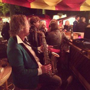 Illegaal, maar Tom Sligting heeft bij de wijnbar een uur lang saxofoon gespeeld.